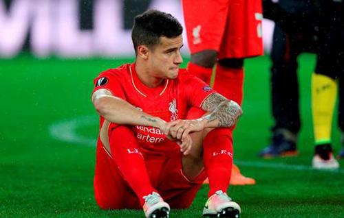 Coutinho cay đắng ngồi bệt xuống sân sau khi trận đấu kết thúc.