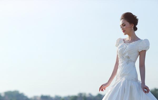 [Caption]Với phong cách kiêu sa, lộng lẫy, Hye Trần hóa thần thành cô dâu quyến rũ, thu hút ánh nhìn.