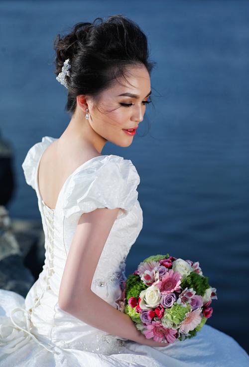 [Caption]Kết hợp cùng những chiếc váy cưới sexy là xu hướng trang điểm khỏe khoắn, tự nhiên. Ngoài ra, phụ kiện ấn tượng làm đẹp cho gương mặt là chiếc vương miện dành cho những cô dâu yêu nét đẹp cổ điển và quyền lực.