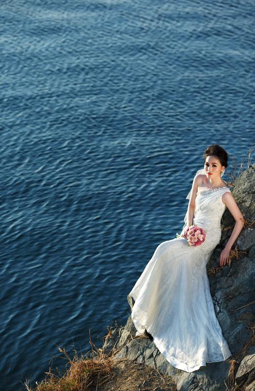 [Caption]Thiết kế bất đối xứng độc đáo của chiếc váy lệch vai sẽ khoe được nét mềm mại, gợi cảm nhưng cũng dễ làm lộ nhược điểm 'màn hình phẳng'.