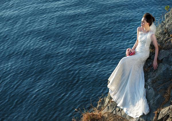 [Caption] Váy cưới lệch vai thường được may bằng chất liệu mềm, mỏng như voan, ren để tạo phong cách bay bổng, lãng mạn.