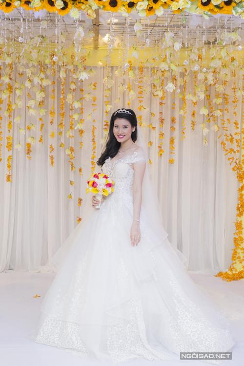 [Caption]Quỳnh Thư lộng lẫy như nàng công chúa bước ra từ truyện cổ tích trong bộ soiree trắng bồng bềnh