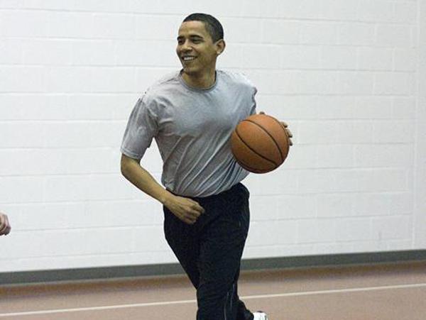 Tổng thống Obama thích chơi bóng rổ.