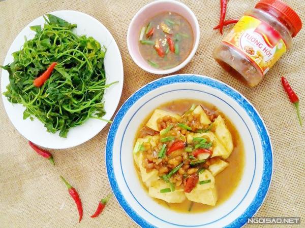 Nếu bạn đang ngán cá thịt thì món đậu phụ kho tương ăn cùng rau luộc sẽ là món hấp dẫn và đưa cơm cho tối nay.