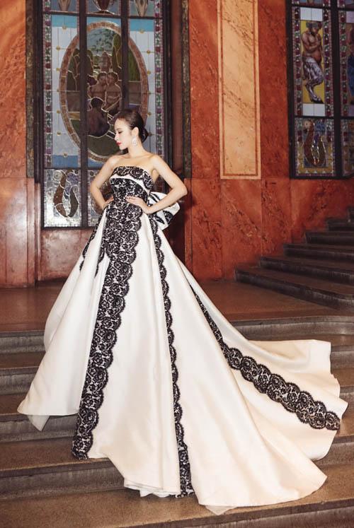 Angela Phương Trinh đã chọn trang phục lộng lẫy của nhà thiết kế Đỗ Mạnh Cường để xuất hiện trong sự kiện.