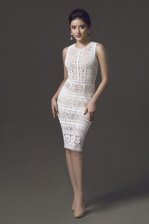 Những mẫu váy ren gợi cảm được xem là trang phục không thể thiếu của cô nàng sành mốt ở mùa hè năm nay. Huyền My cũng khéo chọn cho mình các mẫu thiết kế đẹp mắt để hoà cùng trào lưu ăn mặc thịnh hành.