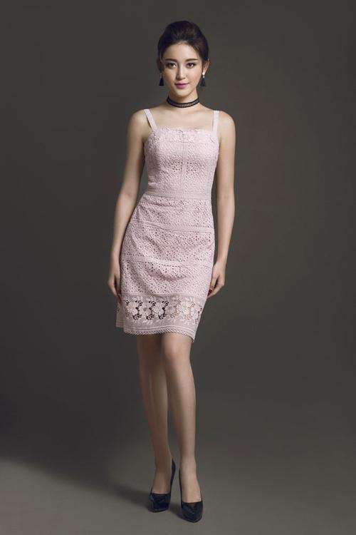 Chất ren mềm, có độ co giãn giúp phom váy ôm gọn theo đường cong cơ thể được sử dụng để mang đến nhiều mẫu trang phục hợp mốt.