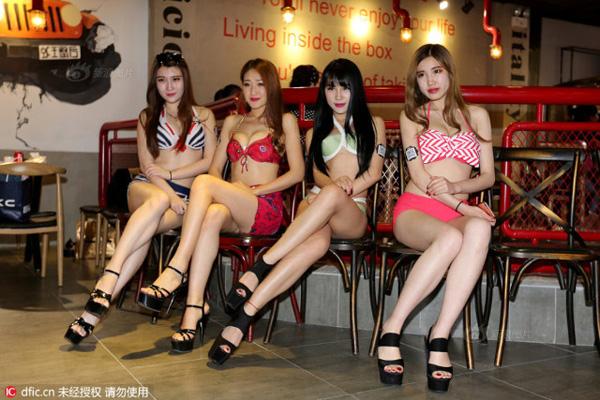 4 cô gái khoe thân hình nóng bỏng, vóc dáng cân đối trong những bộ bikini hai mảnh.