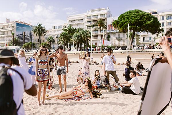 Chia sẻ về trải nghiệm thú vị này, Angela Phương Trinh cho biết, hôm 18/5, khi cô cùng nhiếp ảnh gia Anh Huy Phạm đang thực hiện vài bức ảnh kỷ niệm trên bờ biển Cannes, thì nhận được lời mời của êkip Dolce&Gabbana. Êkip cho biết, họ ấn tượng với gương mặt, phong cách của Phương Trinh và bộ váy biển cả của NTK Công Trí, nên muốn mời cô tham gia buổi chụp ảnh.