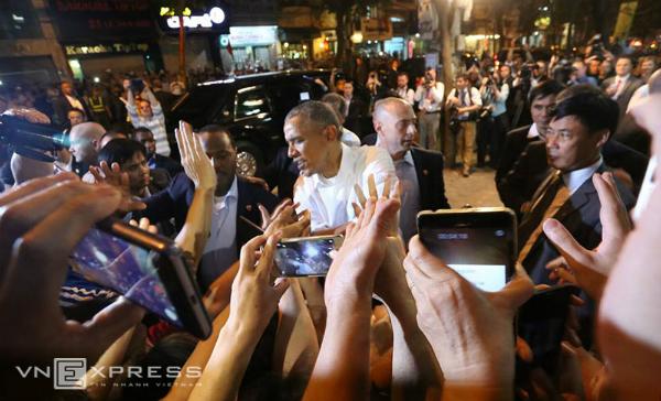 Tổng thống Mỹ bắt tay người dân khi ra khỏi quán bún chả.