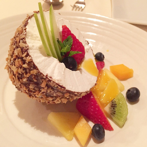 Theo chủ quán, món ăn tráng miệng yêu thích của ông Obama là món kem dừa, trộn cùng các loại trái cây nhiệt đới, nước sốt chanh leo, bày biện rất đẹp mắt. Đây cũng làm món nổi tiếng ở nhà hàng Alan Wong, được thực khách ưa thích.