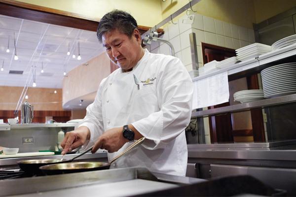 Tổng thống Obama thường xuyên trở lại Hawaii, nơi gắn bó sâu sắc với ông suốt thời thơ ấu và cũng là nơi nghỉ dưỡng yêu thích của cả gia đình. Tại đây, ông chủ Nhà trắng có một địa chỉ ăn uống quen thuộc mà lần nào trở về quê hương kể từ khi nhậm chức, ông cũng cùng cả gia đình ghé qua. Đó là nhà hàng thuộc sở hữu của đầu bếp Alan Wong, tại Honolulu, Hawaii.