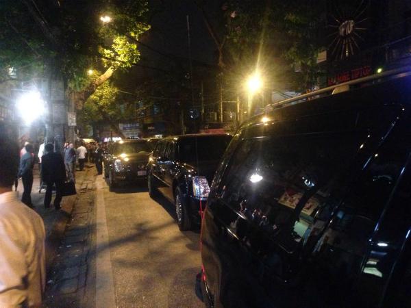 Tới 19h45, hai chiếc Cadillac The Beast của Tổng thống Mỹ rời khách sạn Marriott (Mỹ Đình) mà không có quốc kỳ trên đầu xe như khi ông tham dự các hoạt động chính thức. Đi trước và sau hai