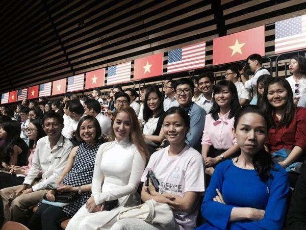 khanh-thi-lan-phuong-xep-hang-tu-som-de-gap-tong-thong-obama-5