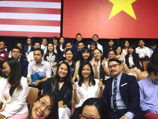 khanh-thi-lan-phuong-xep-hang-tu-som-de-gap-tong-thong-obama-10