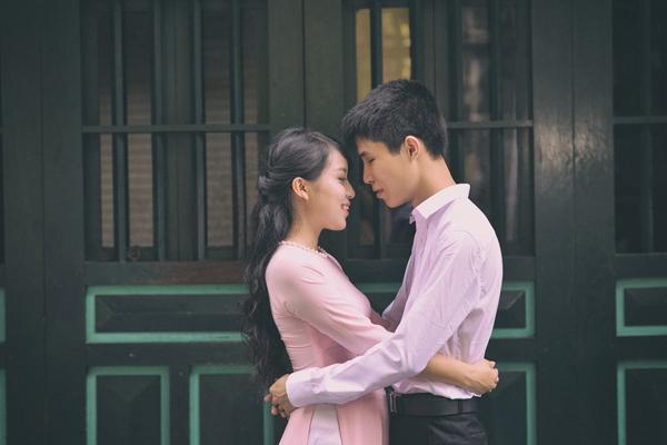 [Caption]Sau 3 tháng quen nhau, bị chinh phục bởi sự dịu dàng, quan tâm của Vân Anh, Đạt quyết định bày tỏ tình cảm với cô và được cô nhận lời.