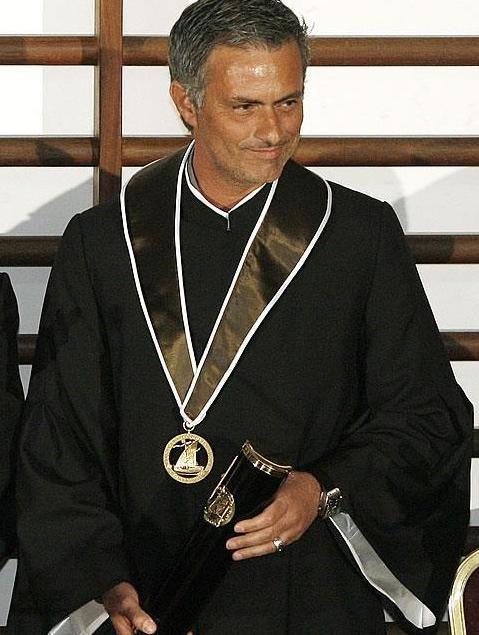 HLV Mourinho nhận học vị tiến sĩ danh dự tại trường Đại học kỹ thuật Lisbon nơi 20 năm trước ông tốt nghiệp ngành giáo dục thể chất và thể thao.