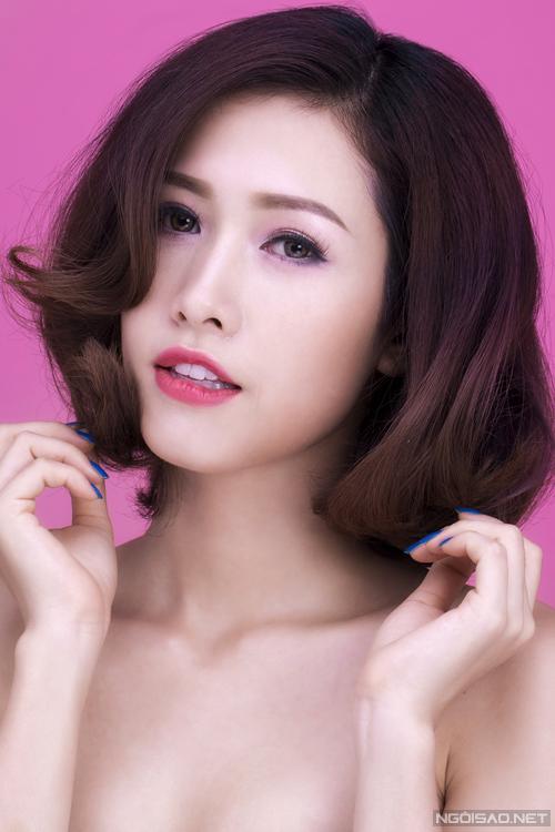 Uốn xoăn lọn lớn giúp kiểu tóc trông điệu đà, nữ tính.