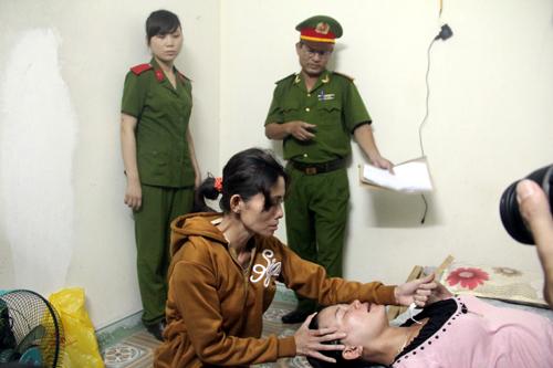 Phương tả lại hành vi đâm bà Thanh trong buổi thực nghiệm hiện trường. Ảnh: H.T.