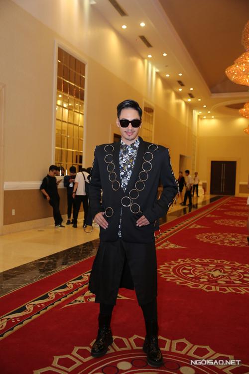 Lý Quí Khánh gây ấn tượng khi diện váy và áo vest gắn nhiều vòng kim loại.