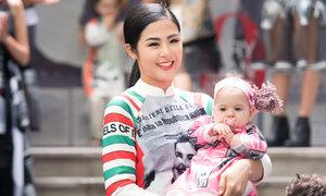 Ngọc Hân rạng rỡ bế em bé Italy khi catwalk