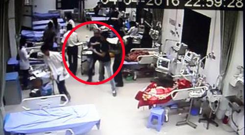 """Tuấn """"Tôm"""" cùng đàn em truy sát anh Dương tại Bệnh viện Thái Nguyên."""