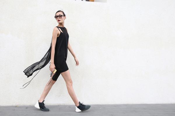 Tham gia buổi tập catwalk cho show diễn 'Cảm hứng đồng quê' diễn ra vào chiều 3/6, Lê Thuý chọn cho mình mẫu váy hai dây mix nhiều layer tạo cảm giác bay bổng.