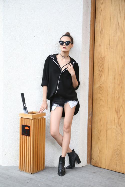 Thanh Thảo chọn áo pizama để phối cùng short jean 'siêu ngắn', bốt cổ thấp.
