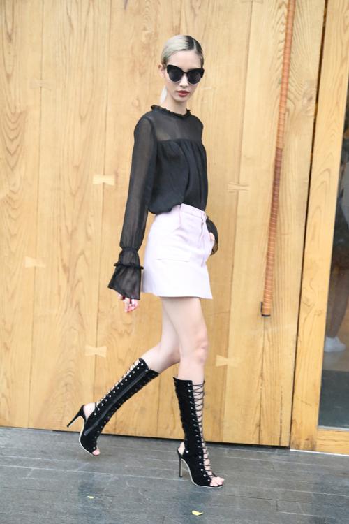 Mẫu phụ kiện hot trend - sandal chiến binh được Hằng Nguyễn rất yêu thích, cô thường xuyên sử dụng nó với nhiều cách mix - match