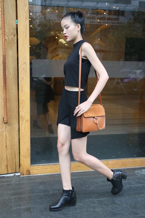 Chà Mi khoe eo thon cùng áo crop top, chân váy gấp origami.