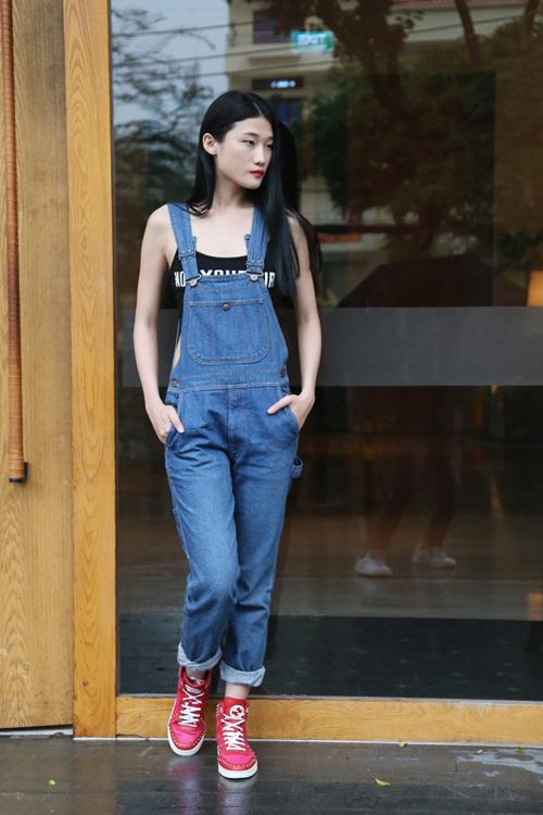 Quần yếm jean theo phong cách nhí nhảnh ngày hè là trang phục của Kha Mỹ Vân.