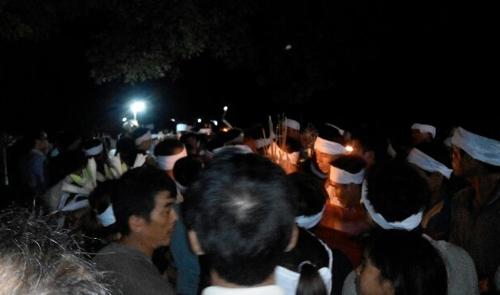 Các nạn nhân được mai táng ngay trong đêm 2/6.