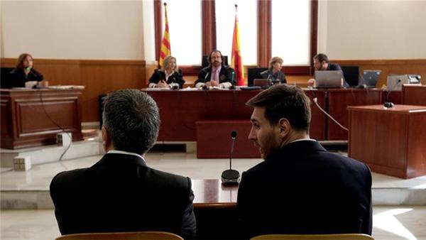 Trước tòa, Messi khẳng định không biết gì về số tiền 4,5 triệu USD bị nghi trốn thuế từ bản quyền hình ảnh quảng cáo từ năm 2007 đến 2009. 'Tôi không biết gì cả, tôi chỉ quan tâm tới bóng đá. Tôi ký vì bố tôi bảo vậy và tôi tin tưởng ông ấy và luật sư của mình', tiền đạo 28 tuổi khẳng định.