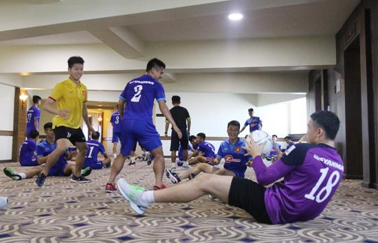 Các cầu thủ tỏ ra rất thích thú khi vận động với trái bóng.