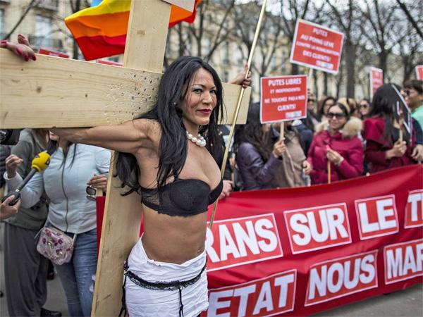 Gái mại dâm biểu tình phản đối luật phạt khách mua dâm