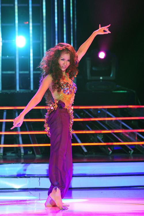 Võ Hạ Trâm hóa thân thành Shakira với Ojos Asi. Võ Hạ Trâm phải dành thời gian tập múa bụng để có thể biểu diễn được một tiết mục quá nhiều thử thách. So với tiết mục đêm thi thứ sáu thì với tiết mục này, Hạ Trâm đã hoàn toàn thả lỏng trong suốt quá trình luyện tập để đẩy sự quyến rũ lên cao nhất. Hạ Trâm cho biết cô cảm thấy cơ thể mình gọn gàng đi rất nhiều sau một tuần tập múa bụng. Cô tâm sự mình chỉ có đúng 4 ngày để có thể biểu diễn được như vậy. Vì muốn thể hiện mình ở nhiều khía cạnh khác nhau nên dù đau đớn đến trật chân thì Trâm vẫn cố gắng vượt qua nỗi đau để hoàn thành phần biểu diễn của mình.