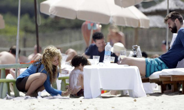 Tranh thủ những ngày nghỉ ngắn ngủi trước khi tập trung cùng tuyển Tây Ban Nha, Pique và bạn gái Shakira đưa hai con trai tới đảo Ibiza xả hơi.