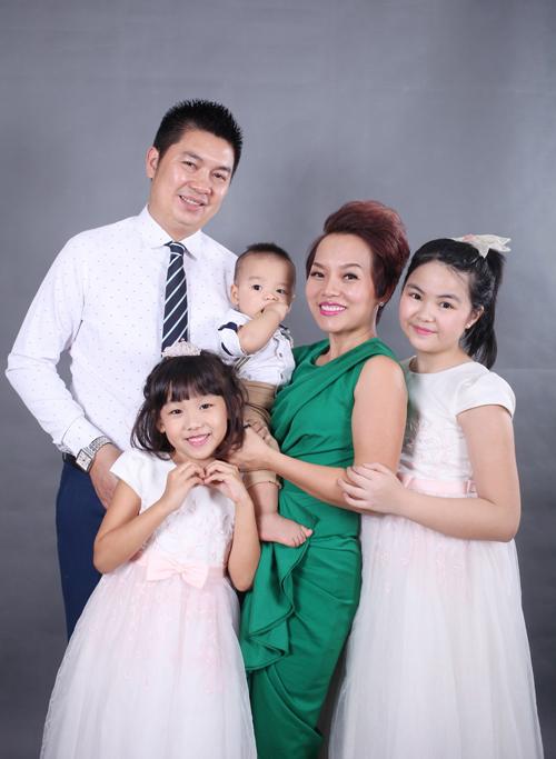 vo-chong-thai-thuy-linh-hanh-phuc-ben-con-chung-con-rieng