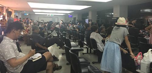 Hành khách chờ đợi tại sân bay của Lào.