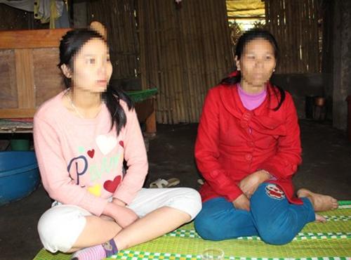 Hai mẹ con trong căn nhà tuềnh toàng kể về những ngày Oanh bị lừa sang Trung Quốc.