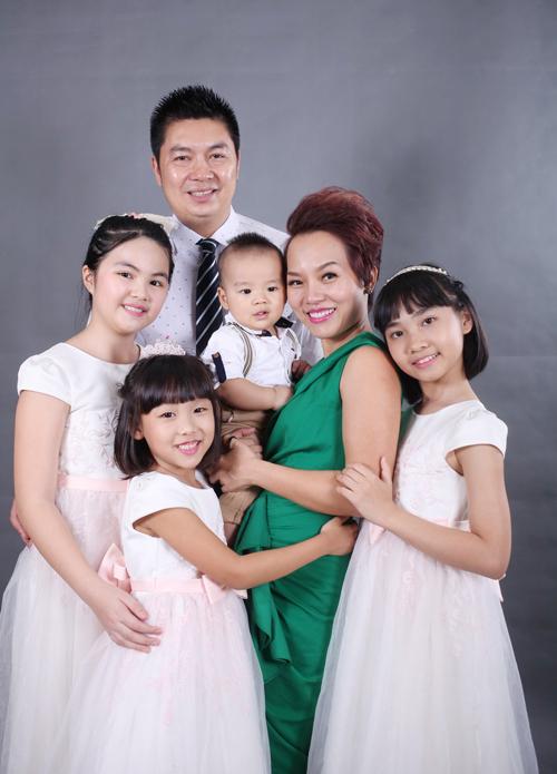 vo-chong-thai-thuy-linh-hanh-phuc-ben-con-chung-con-rieng-1