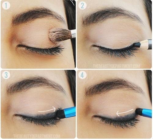Dùng cọ tán để có đường kẻ mắt quyến rũ Sau khi kẻ mắt, bạn có thể dùng cọ tán đầu nhỏ (smudge brush) để tán cho đường kẻ đỡ đậm nét, đồng thời tạo hiệu ứng khói nhạt quyến rũ.