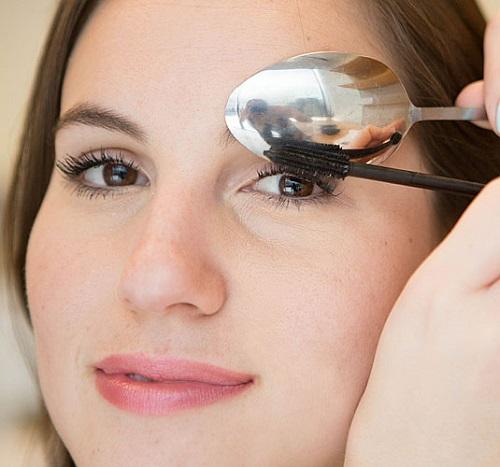Dùng thìa để quét mascara nhanh gọn Dùng thìa kim loại che úp mí mắt sẽ giúp bạn quét mascara gọn gàng, không dính bẩn.