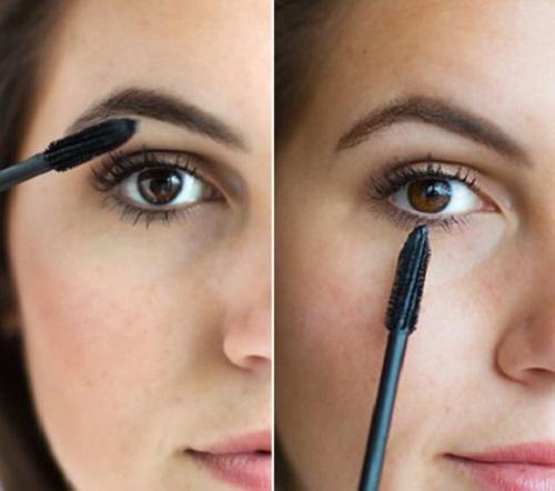 Đổi hướng mascara cho lông mi dưới Với lông mi dưới, thay vì quét ngang bạn cần để dọc cây mascara, quét nhẹ nhàng từng chiếc. Dùng cách này sẽ giúp bột mascara không vón cục và lông mi mềm mại hơn.