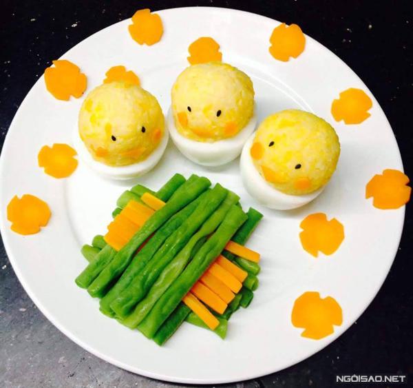 Đĩa cơm xinh xắn hình những chú gà con và hàng rào bằng rau củ luộc chắc chắn sẽ khiến trẻ con thích mê và ăn hết veo.