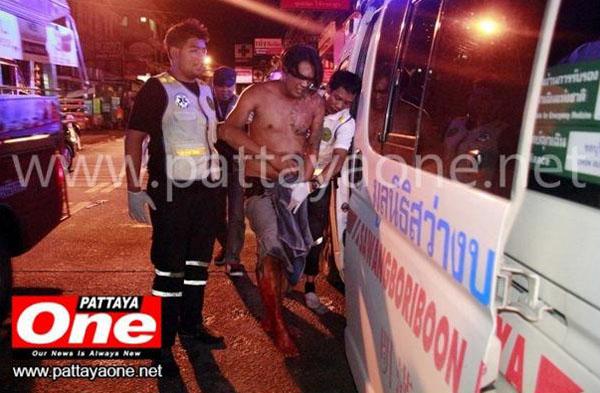 Nạn nhân được đưa lên xe cấp cứu tới bệnh viện. Ảnh: Pattaya One