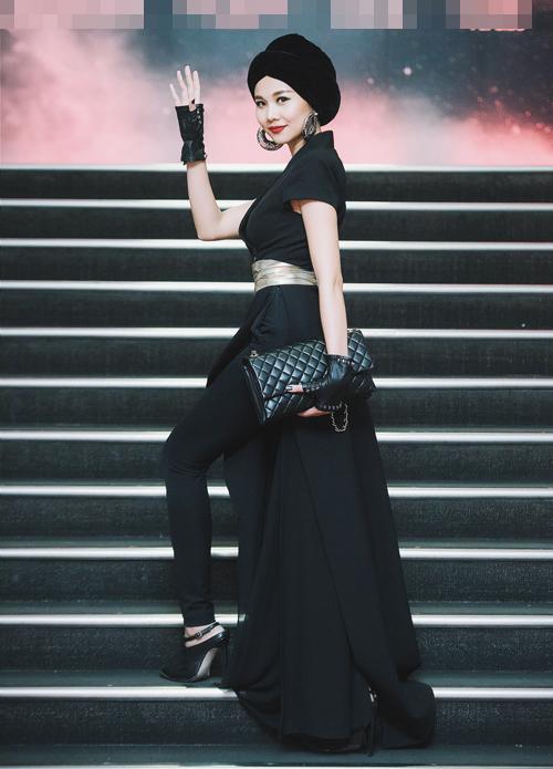 Thanh Hằng lại biến đổi sang style ấn tượng với trang phục đen cá tính.