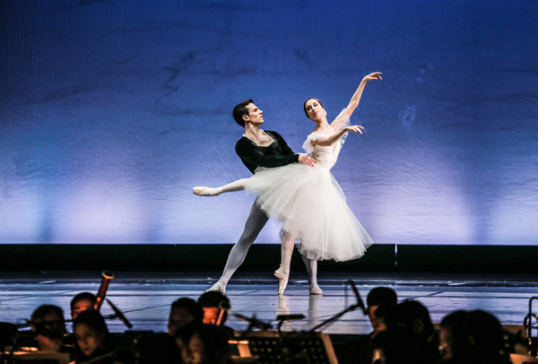 nhac-si-anh-quan-dua-3-con-di-xem-ballet-4