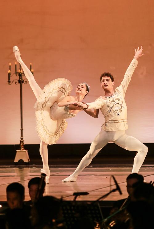 nhac-si-anh-quan-dua-3-con-di-xem-ballet-6