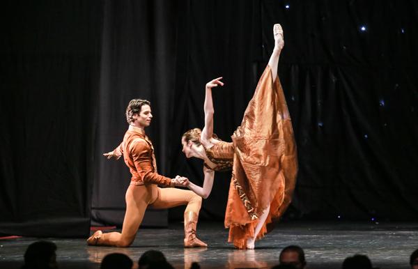 nhac-si-anh-quan-dua-3-con-di-xem-ballet-5